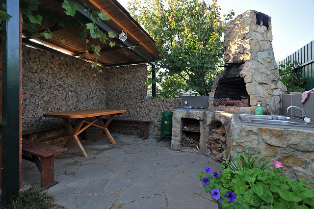 Летняя кухня во дворе частного дома своими руками